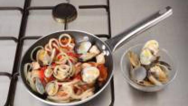 Agrega los dados de lomo y unas gotas de tabasco, deja cocer 5 minutos y añade el Tomate Frito Gallina Blanca e incorpora las almejas, sazona con Avecrem; continua la cocción 3 min. más o hasta que es