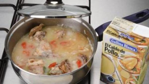 Cuece a fuego vivo hasta que el líquido reduzca. Moja con un cucharón de  caldo hasta que cubra los trozos de conejo. Tapa la cazuela, baja el fuego y cuece lentamente durante 20 minutos.