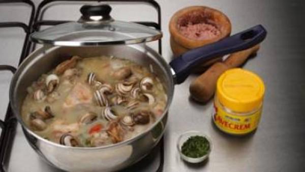 Diluye el conjunto con unas cucharadas del jugo de cocción del guiso y echa todo a la cazuela. Agrega también los caracoles, rectifica con Avecrem y deja cocer durante 15 minutos más a fuego suave, ha