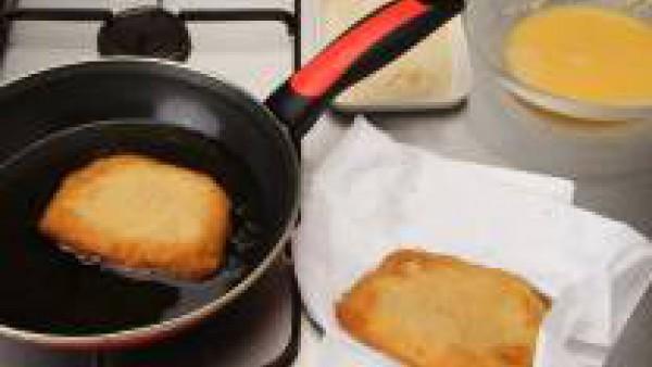 Pasa por el huevo y por el pan rallado.