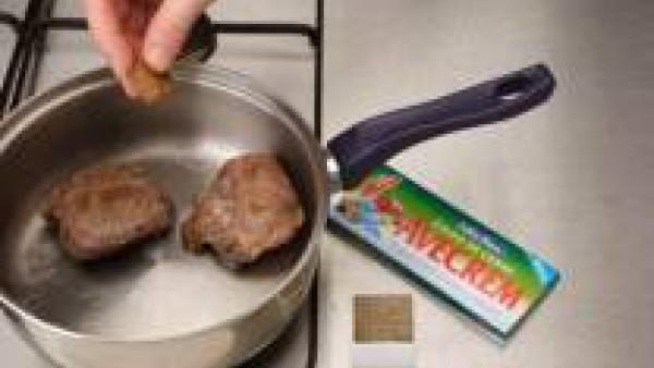 Limpia las carrilleras de huesos y tendones, dóralas en aceite de oliva, sazonadas con Avecrem y pimienta, y reserva.