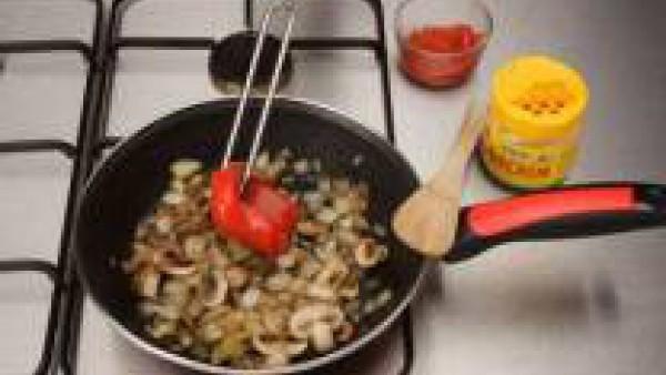 Cuando los champiñones estén cocinados, añade unas gotas de salsa de soja y condimenta con Avecrem. Incorpora los pimientos asados y sirve junto con la carne.