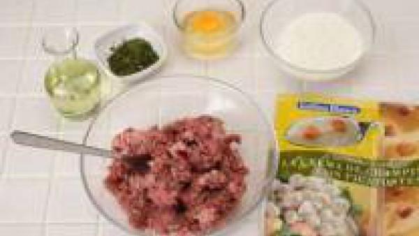 Mezcla las dos carnes y añade el huevo, el Avecrem, la rebanada de pan escurrida y forma las albóndigas con la ayuda de un poco de pan rallado. Reserva.
