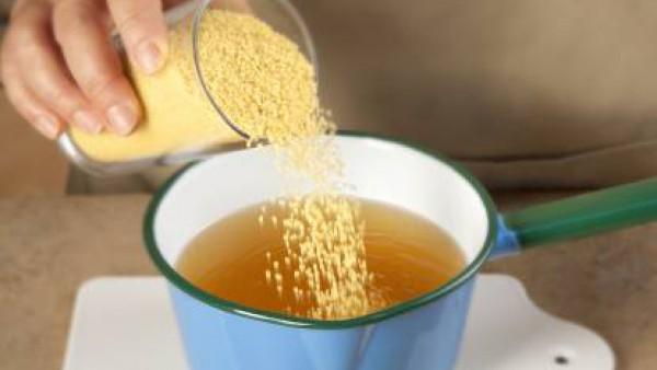 Para medir el cuscús, tomar como medida 4 tazas de cuscús por 4 tazas de Caldo Casero de Verduras 100% Natural Gallina Blanca. Cuando el caldo esté bien caliente, mezclar y dejar reposar 5-6 minutos t