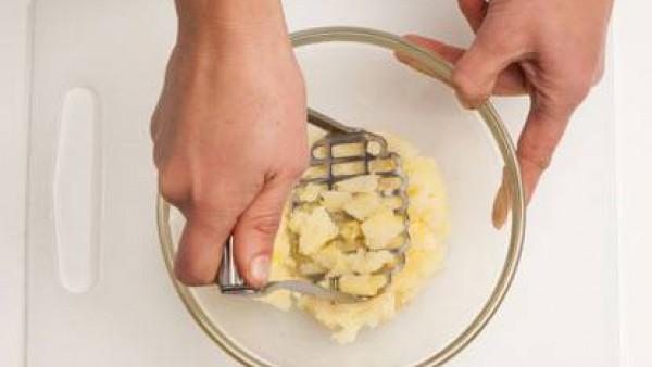 Pon a calentar el agua de cocción con la mantequilla y lleva a ebullición.