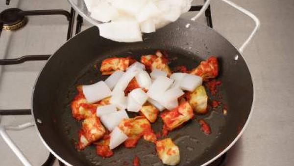 Añade la cebolla picada, el ajo y el pimiento verde también picados y sofríe. A medio hacer, vuelve a añadir la sepia. Riega con el vino, deja evaporar e incorpora el arroz, sofriéndolo unos 4 minutos