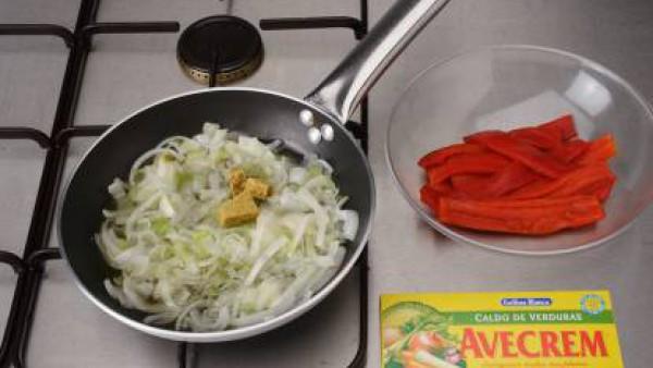 Sofríe la cebolla y el pimiento rojo cortados a tiras finas en un poco de aceite, sazona con una mitad de la pastilla de Avecrem, hasta que estén bien concentrados y reserva. Saltea los espárragos pel
