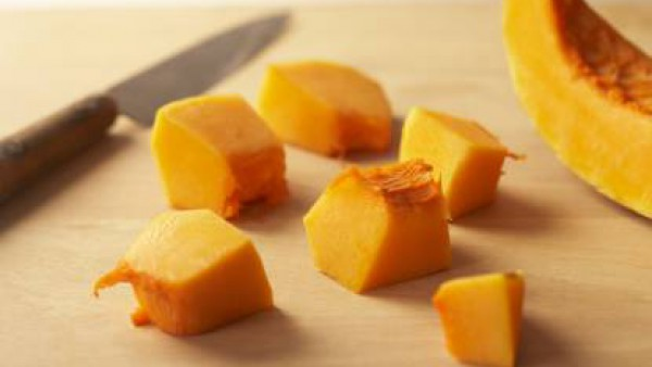 Pela la calabaza. Guarda un poco para las chips y corta el resto a trozos. Ponlos en una cazuela tapada con agua, la pastilla de Avecrem Caldo 100% Natural 8 Verduras Gallina Blanca y las semillas de