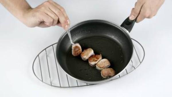 Corta el solomillo en trozos no demasiado grandes, salpimentándolos y pásalos por la sartén con fuego fuerte y con un chorrito de aceite, procurando que no se cocinen mucho por dentro. Sirve los trozo