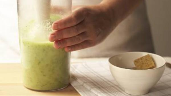 Coloca en una olla las verduras junto con el agua y las dos pastillas de de Avecrem Caldo de Pollo. Cuécelo unos 30 minutos, retíralo y tritúralo. Agrega el queso y tritura otra vez. Sirve con un hili