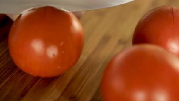 Pela los tomates, pártelos por la mitad y retira las semillas. A continuación,  trocea en dados pequeños ¼ parte y resérvala. Lava los fresones, retira las hojas, y añade los tomates y tritura la mezc