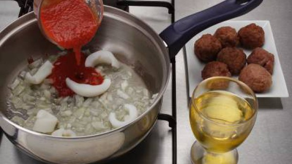 Saltea la sepia en un poco de aceite, sazona con sal y pimienta y cuando se haya evaporado el agua agrega el vino. Mientras fríe ligeramente las albóndigas y reserva. Cuando la sepia esté tierna cubre