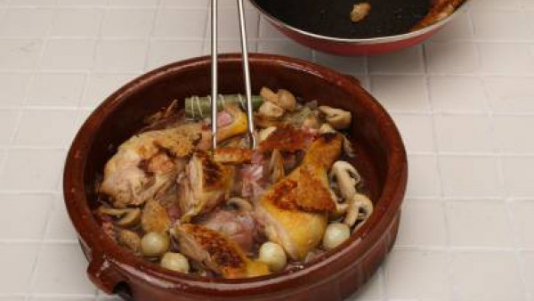 Cuece unos 10-12 min. hasta que se reduzca el vino. Vierte el brik y deja cocer hasta que el pollo este tierno (unos 10-12 minuto) y la salsa espesita, desecha el atado de hierbas antes de servir.