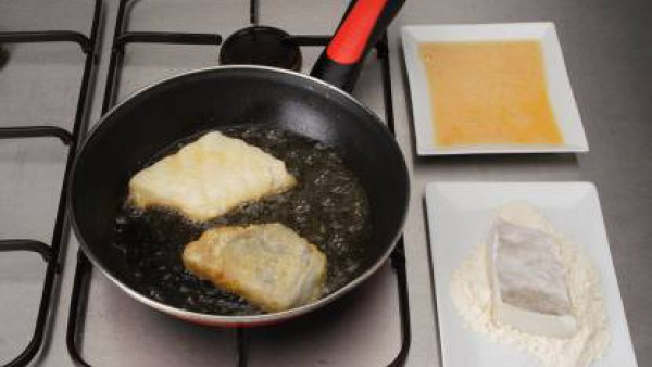 Fríe el pescado sazonado y enharinado ligeramente junto con las gambas y reserva. En el mismo aceite, incorpora las patatas a ruedas. Riega con el vino y dejar que evapore.