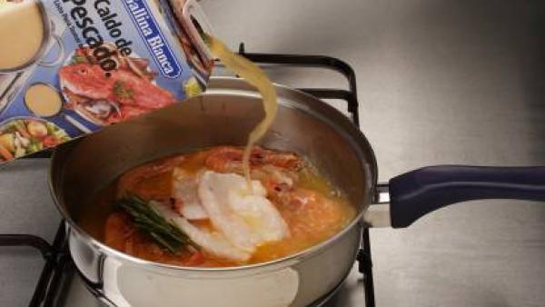 Añadir el Caldo Casero de Pescado 100% Natural y el Tomate Frito Gallina Blanca y deja cocer hasta que las patatas estén tiernas. Agrega el pescado y por último las gambas. Sirve caliente.