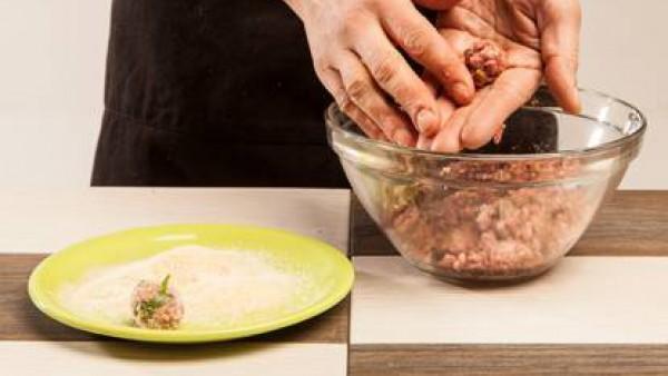 Enharina con pan rallado y fríe ligeramente las albóndigas en una cazuela con aceite, añade las zanahorias y los champiñones bien escurridos, seguidamente vierte el caldo.