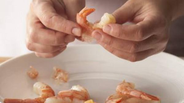 Poner el pescado en una fuente de horno. Pelar los langostinos y reservar, aprovechando las cáscaras para el Caldo de Pescado Gallina Blanca(**).
