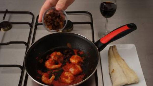 Incorpora el queso, el Sofrito de Tomate y Cebolla Gallina Blanca, la mostaza y, al final, el Caldo Casero de Pescado Gallina Blanca (**) colado, consiguiendo la consistencia deseada. Cubre el pescado