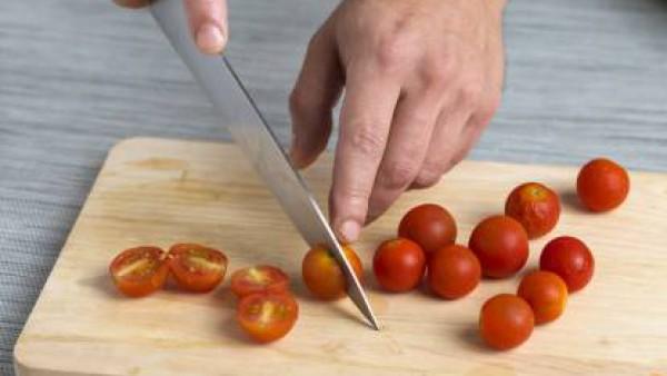 Lava la endivia, corta los tomates cherry y los canónigos. Hierve los espárragos con abundante agua durante 10 minutos y deja enfriar.