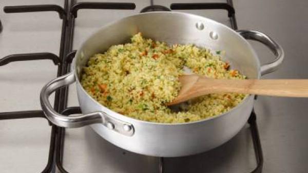 Cuece el cuscús al vapor y, una vez que esté blando, engrasa con una cucharada de aceite de oliva para que quede suelto. A continuación, sazona con una pizca de Avecrem y pimienta. Para presentar, o b