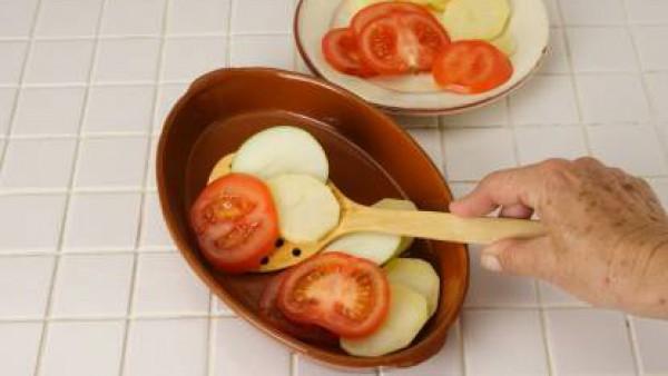 Por otra parte cocina el cuscús al vapor o en agua hirviendo durante unos 5 minutos. Una vez el cuscús esté cocido, escúrrelo (si se ha cocido en agua), y unta con aceite de oliva para que quede suelt