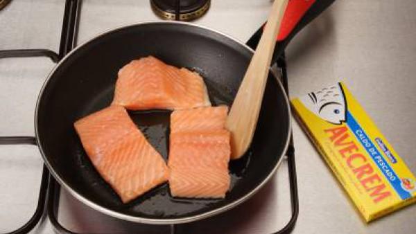 Marina el lomo de salmón con el zumo del limón, aceite de oliva, 1 pastilla de Avecrem y pimientas variadas molidas. Calienta una sartén antiadherente sin aceite y dora el salmón 2 o 3 minutos por cad
