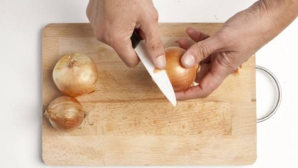 Pela y corta las cebollas en juliana y dejarlas sudar en una sartén con un chorro de aceite. A media cocción, añade el pescado limpio, cortado a rodajas y salpimentado.