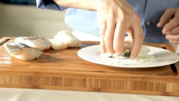 Pasa los filetes de bacalao por harina y huevo batido y fríelos en el aceite caliente. Colócalos en una fuente para horno y rocía con el zumo de naranja.
