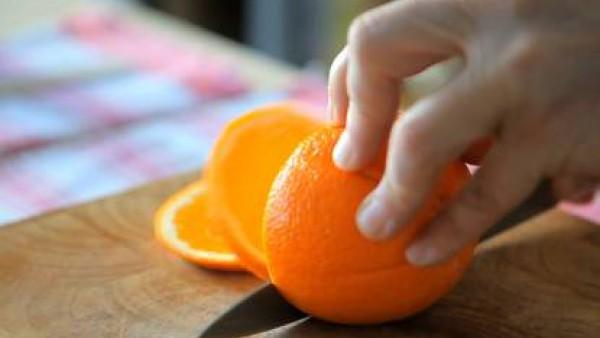 Decora con rodajas de naranja y gratina en el horno unos 3 o 4 minutos y sirve.