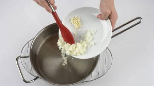 Pon una cazuela al fuego con un chorro de aceite y la cebolla picada. Cuécela muy lentamente hasta que quede como una mermelada. Añade el ajo picado, el tomate rallado y la pastilla de Avecrem Verdura