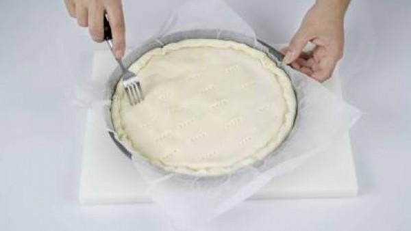 Para la coca, compra la masa en la panadería y estírala a la medida deseada. Cuécela a unos 160º unos cuatro minutos.