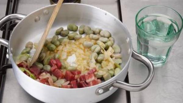 Incorpora las hojas de menta y añade la butifarra negra. Tapa ligeramente. Deja cocer lentamente. Si las habas son tiernas, se hacen en 7 minutos.