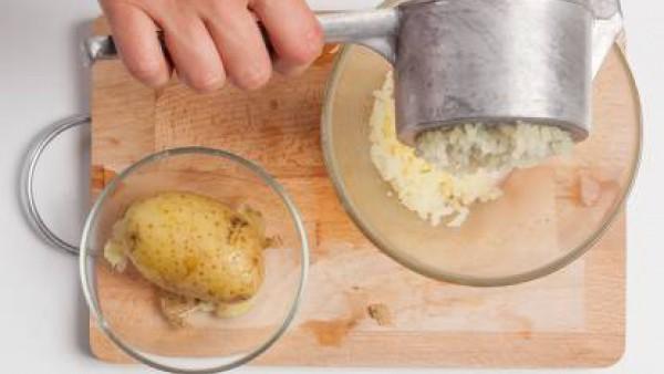 Hierve los restos de patata hasta que estén tiernas. Pasa por pasapurés y luego emulsiona con una espátula con aceite.