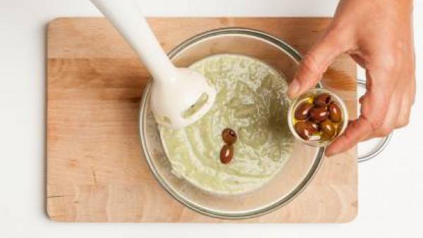 Para la tapenade mezcla las aceitunas, 1 pizca de Avecrem Ajo y Perejil Granulado, la anchoa y el aceite y tritura con la batidora.Para la tapenade mezcla las aceitunas, 1 pizca de Avecrem, la anchoa