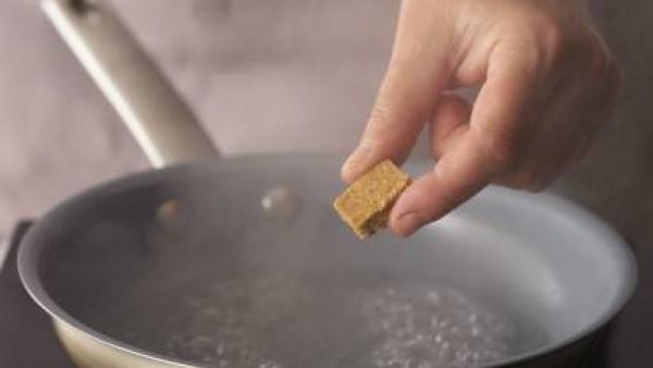 Aparte, cuece el arroz en una cazuela con agua. Cuela y remoja en agua fría.