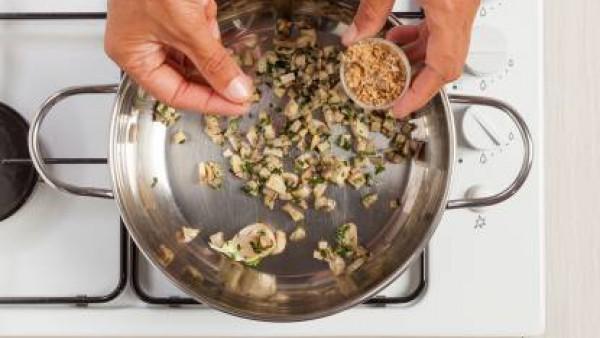 Saltea las setas limpias y troceadas en una sartén con un poco de aceite y añade el arroz. Da unas vueltas.