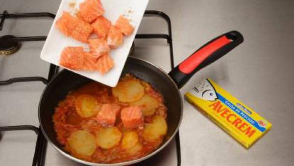 Segundo paso guiso de salmon patata y calabaza