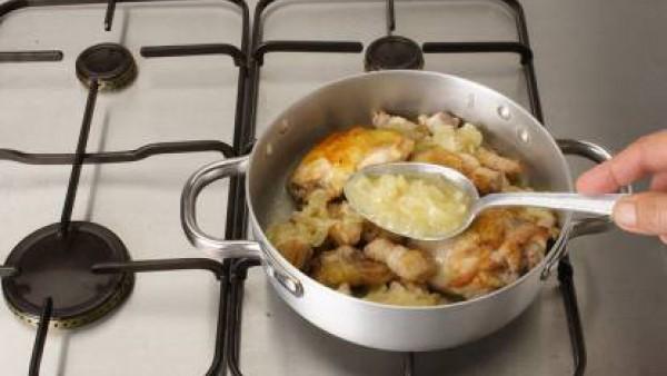 Rehoga los ajos laminados en una cazuela al fuego con un chorrito de aceite, añade los muslos troceados y salpimentados. Rehoga un par de minutos junto con el apio troceado e incorpora el arroz.