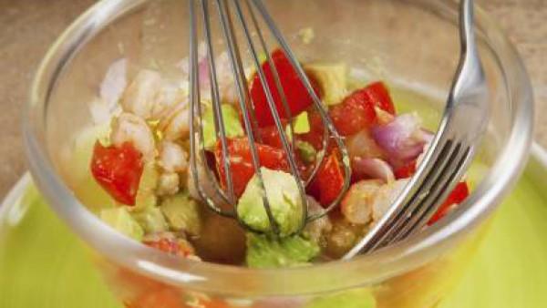 Monta la ensalada poniendo en la base la pasta fresca que habrás cocido en el caldo y sobre ella pondrás el guacamole.