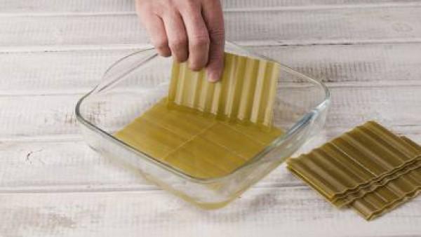 Hidrata las placas de Lasaña Fácil El Pavo, como se indica en el envase. Mientras tanto, rehoga las cebollas y, cuando tomen color, añade el Sofrito de Tomate y Cebolla Gallina Blanca y sazona al gust