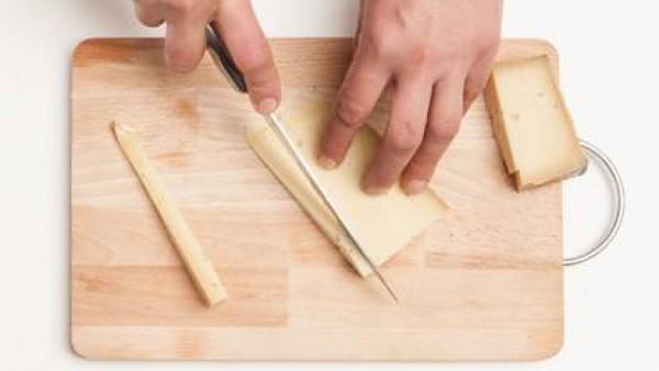 Corta el queso de vaca en tiras.