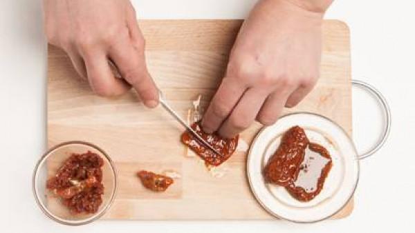 Escurre los tomates secos del aceite y córtalos en trozos pequeños.