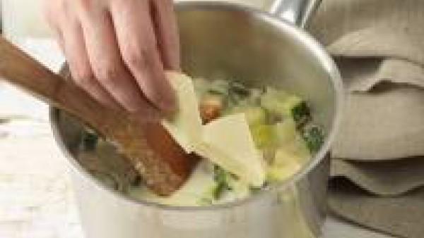 Retira la cazuela del fuego y añade los quesitos. Tritura toda la preparación con la batidora hasta obtener la textura de una crema fina.