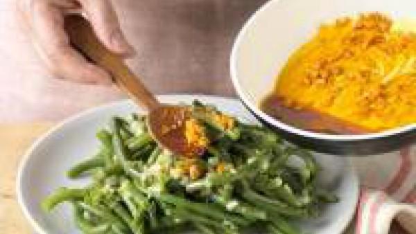 Calienta dos cucharadas de aceite en una sartén antiadherente y rehoga la cebolleta picada durante 8 minutos a fuego lento. Añade las judías y cuece durante 2 minutos más. Retira y reserva. Calienta d