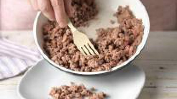 Incorpora el tomate triturado y pimienta y 1 pastilla de Avecrem Dúo Salsa de Tomate desmenuzada. Deja cocer a fuego medio unos 10 min.