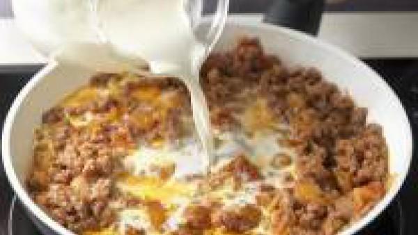 Añade el Sofrito de Tomate y Cebolla Gallina Blanca y cocer todo junto durante 5 minutos. Agrega la nata líquida y cuece durante 5 minutos más. Prepara la Bechamel para Gratinarl Gallina Blanca según