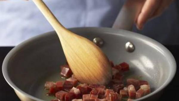 Calienta tres cucharadas de aceite de oliva en una cazuela antiadherente de fondo grueso y dora los daditos de jamón durante unos instantes, hasta que cambien de color. Retíralos de la cazuela y, en e