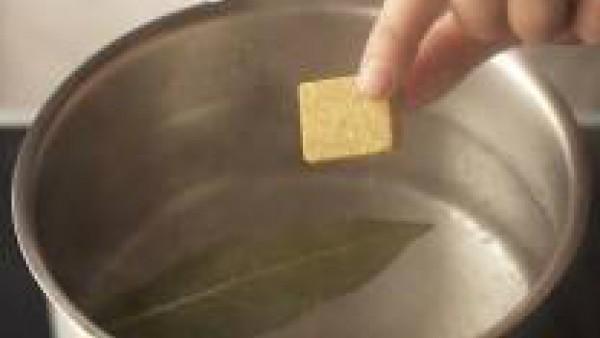 Pela y pica las cebollas y el diente de ajo. Lava el perejil, sécalo con papel absorbente y pícalo finamente. Lava el pimiento, sécalo y córtalo en tiras. Lleva a ebullición abundante agua en una cazu
