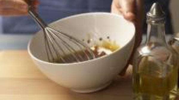 Prepara la vinagreta batiendo la pastilla de Avecrem desmenuzada junto con el aceite y el vinagre hasta obtener una salsa emulsionada.