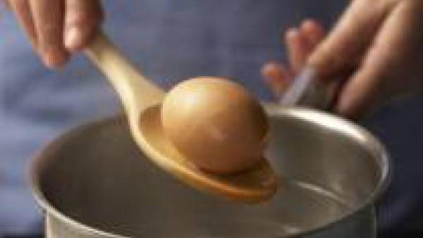Cuece el huevo durante diez minutos en una cazuelita con agua hirviendo. Refréscalo bajo el chorro del grifo, pélalo y separa la clara de la yema. Pica ambas partes por separado.